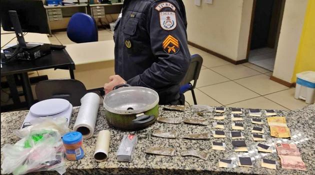 Suspeito foge e deixa para trás drogas e material do tráfico em Cantagalo